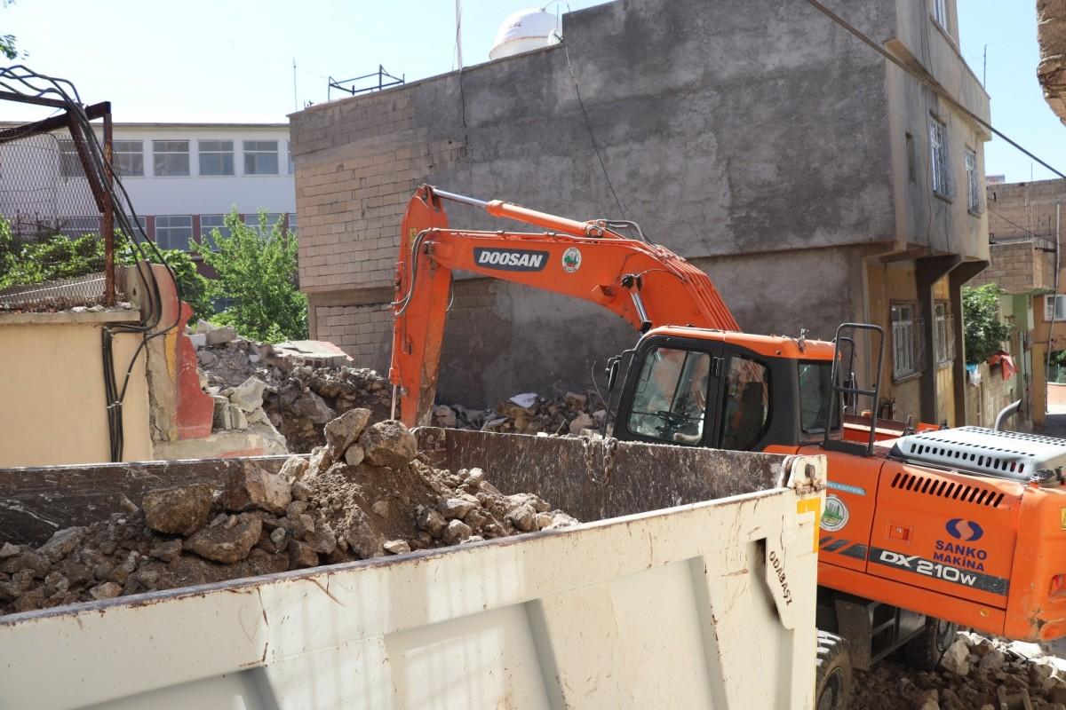 Siirt'te metruk binalar huzur ve güvenlik için yıkılıyor