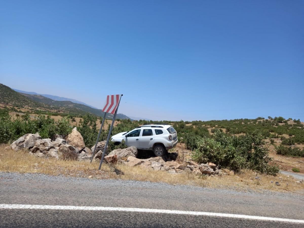 Siirt'te yoldan çıkan araç kayalara çarparak durabildi