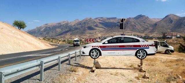 Jandarmadan karayoluna trafik işareti ve ikaz levhası