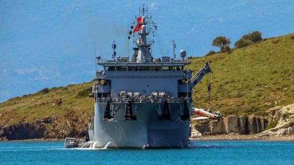 Foça'da düşen askeri uçağın enkazı askeri gemiyle çıkarıldı